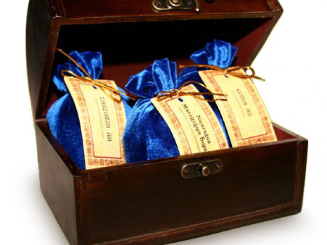 Новогодние подарки в деревянных сундучках